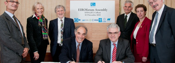In November the Directors General of EIROforum welcomed its eighth member. The picture shows the signing of the declaration of accession to the EIROforum: Massimo Altarelli, Chairman of the new member XFEL Management Board (left) and Francesco Romanelli, current Chairman of EIROforum (right). At the back (left to right): Francesco Sette (ESRF), Felicitas Pauss (CERN), Iain Mattaj (EMBL), Richard Wagner (ILL), Rowena Sirey (ESO) and David Southwood (ESA).
