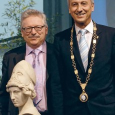 IPP director Günther Hasinger receives a bust of Minerva, the Max Planck Society's emblem, from the Society's president Peter Gruss (Photo: IPP, Ulrich Schwenn)