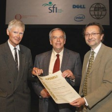 Jürgen Nührenberg (left) and Allen Boozer (middle) receive the Hannes Alvén Prize from Carlos Hidalgo (right), Chairman of EPS PPD (Photo: EPS PPD)