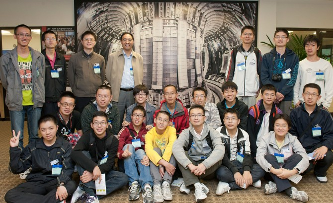 picture of Chinese students at their visit at JET