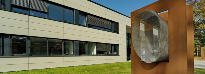 "Christoph Mancke's sculpture ""Intention-Intencija"" adorns the front lawn of the new building for Forschungszentrum Jülich's plasma physics department. Image: Harry Reimer"