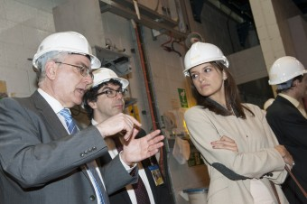 Journalists from around Europe, including Roberto Rizzo from Italy and Ana Mellado from Spain toured the torus hall with JET Director Francesco Romanelli.