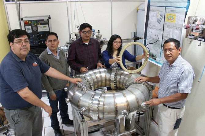 The Tokamak TPM-U1 team of the Research Center for Applied Science and Advanced Technology of the National Polytechnic Institute from right to left: Gonzalo Ramos, Miguel Lindero, Daniel Hernandez, Dulce Ventura, Francisco Ceballos and project leader Martin Nieto. Picture: Ricardo Villegas Ruedas