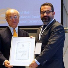 EUROfusion researcher Sebastijan Brezinsek (right) receives the IAEA's 2016 Nuclear Fusion Journal Prize from IAEA Director General Yukiya Amano. Sebastijan is the lead author of a paper describing experiments run on the Joint European Torus which confirm the use of beryllium and tungsten as plasma-facing materials for the nuclear operation phase at ITER. Picture: courtesy of NIFS, Japan