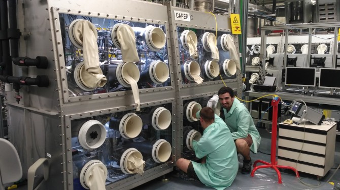 """Picture 2: Rodrigo Antunes (right) and his colleague working in the """"CAPER C"""" glovebox. This glovebox hosts the experimental setup to separate tritium species from helium with zeolite membranes, which is the core of my PhD. Picture: KIT-ITeP-TLK"""
