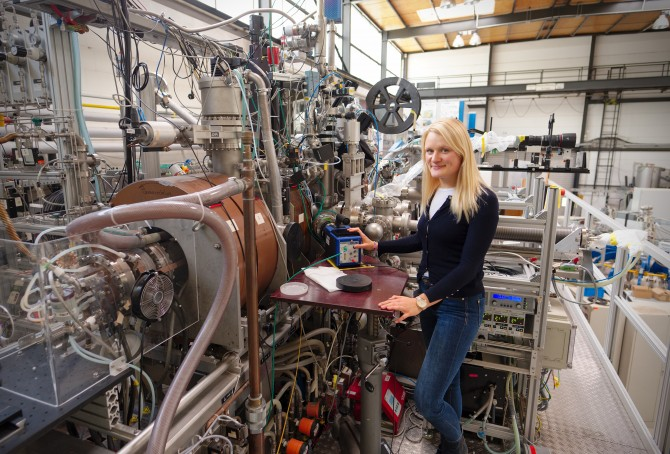 Janina Schmitz at the linear plasma device at Forschungszentrum Juelich. The experiment tests material for future fusion reactors. Picture: Tobias Wegener (CC-BY-NC-SA 3.0)